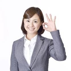 OKサインを出す笑顔の女性
